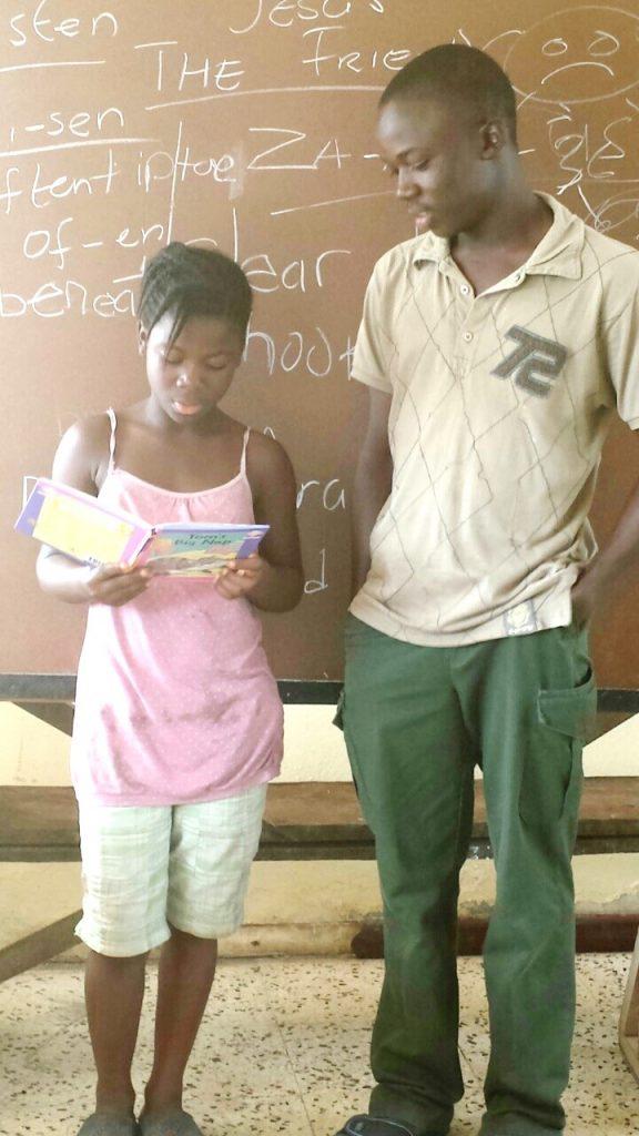 Ein Mädchen und ein Junge lesen