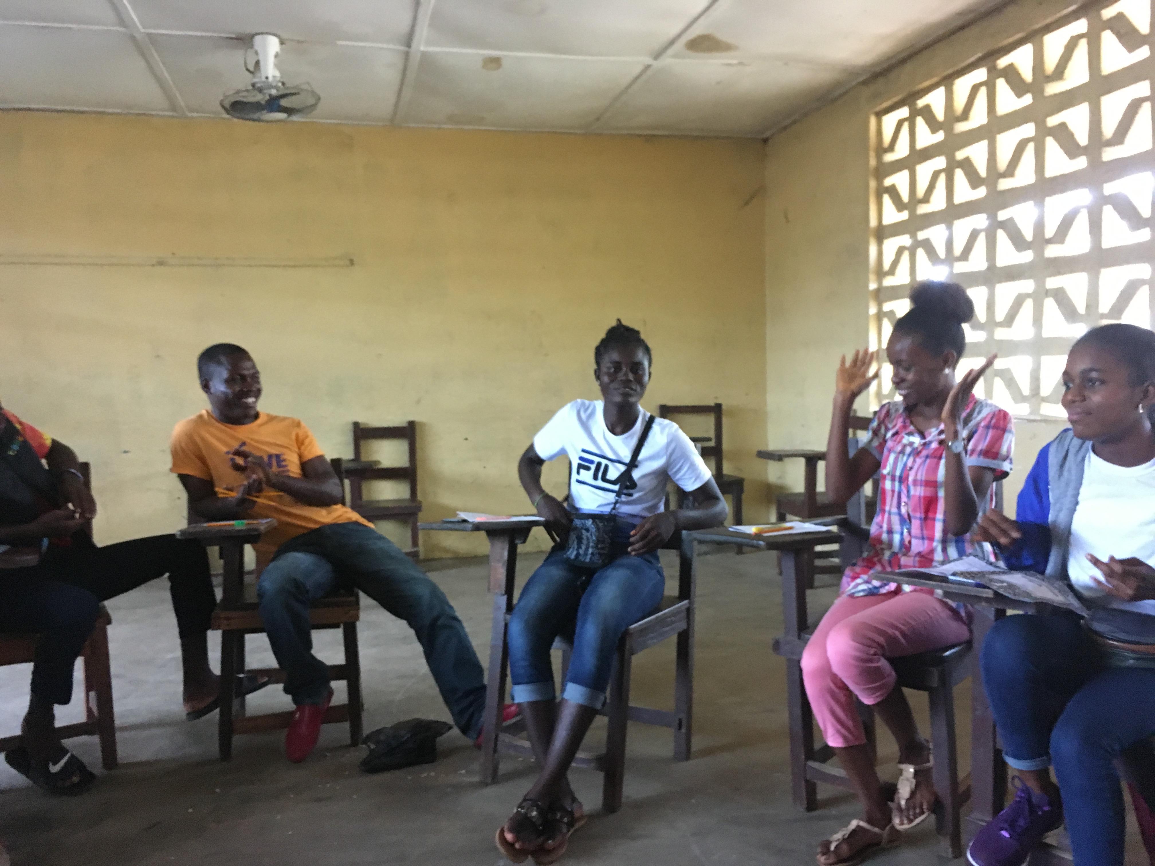 Foto zeigt Schüler in Liberia bei einem Workshop