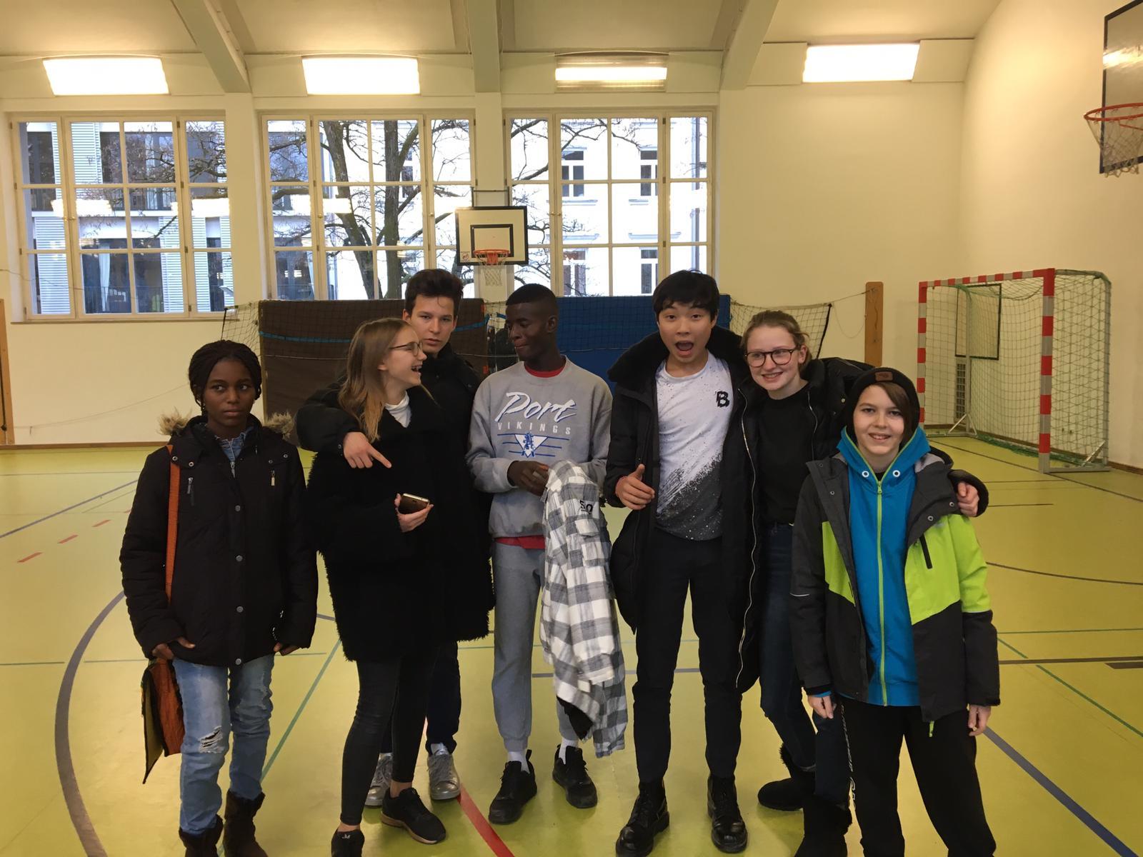 Mary und Bryce mit Schülern des Pestalozzi-Gymnasiums