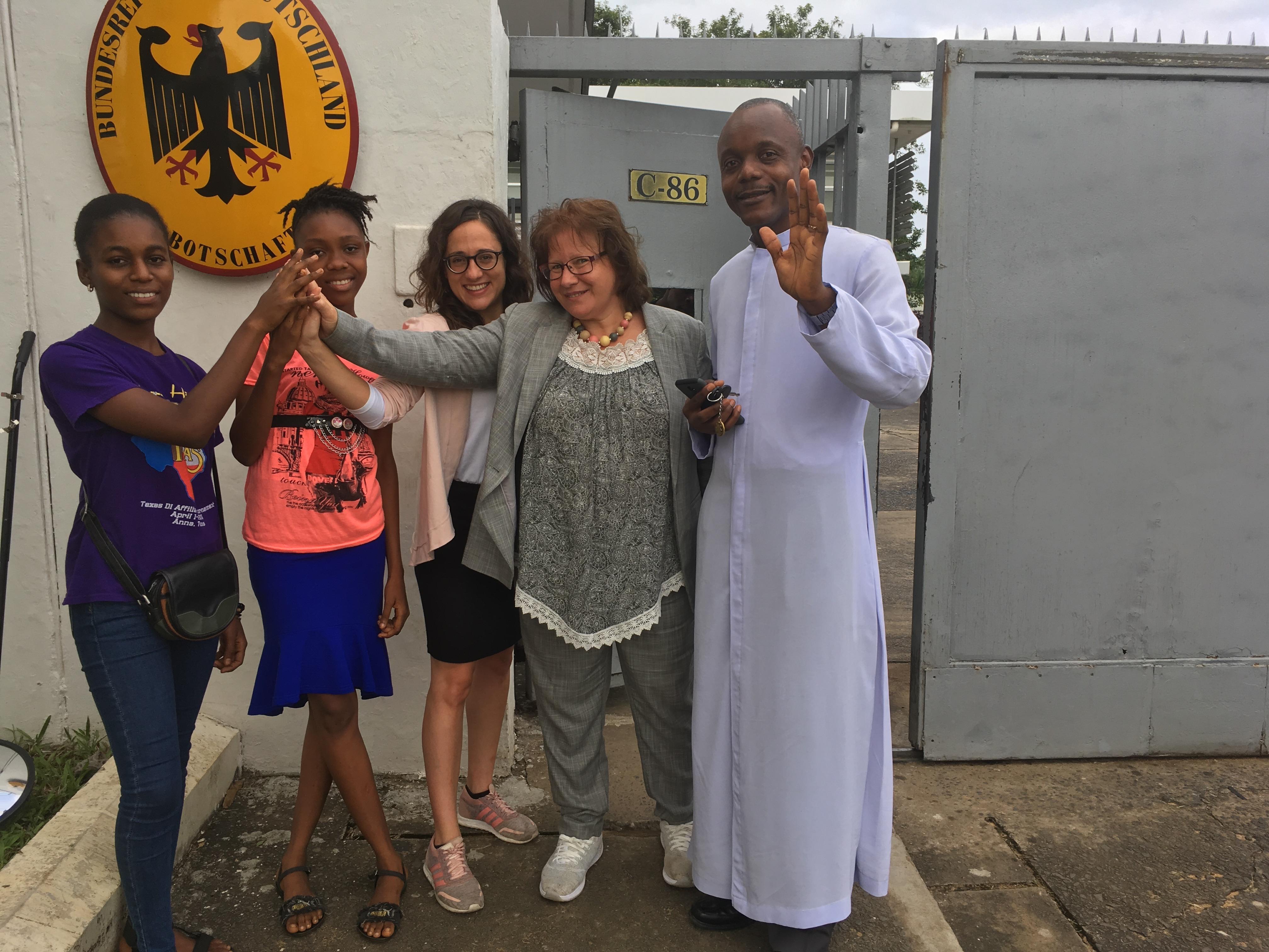 Personengruppe vor der Deutschen Botschaft in Monrovia